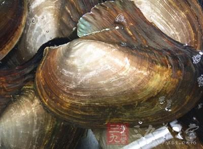 把养好的河蚌取出,先用清水漂洗干净