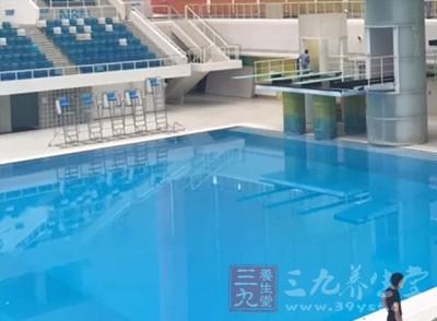 游泳准备 游泳池这个洞千万小心有人小肠被吸出