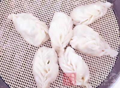 饺子和饺子之间记得要隔着一些空袭,而且要在饺子的表面喷水留着备用
