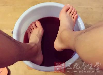 泡脚的好处 泡脚水里加一宝全身都受益