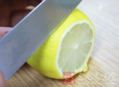 将新鲜柠檬洗干净之后去掉皮