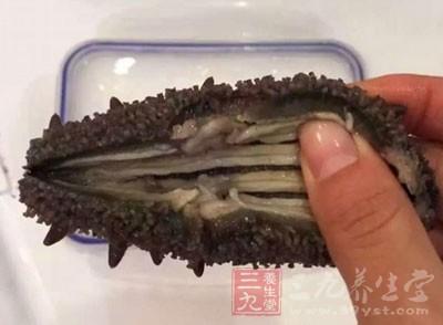 蟹黄200克,水发刺参200克,绍酒10克