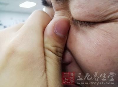 今年37岁的丁勇(化名)几个月前开始觉得鼻子经常发痒