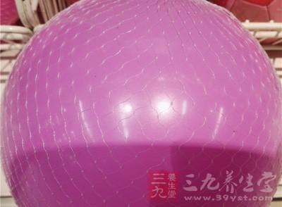 瑜伽球适合什么人练习 怎样用瑜伽球练习瑜伽