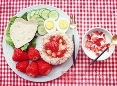 多吃维生素含量高的新鲜蔬菜和水果