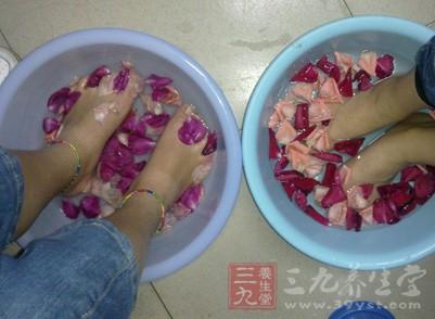 中?#22799;?#26379;友特别适宜用中药泡脚的方式来养护健康