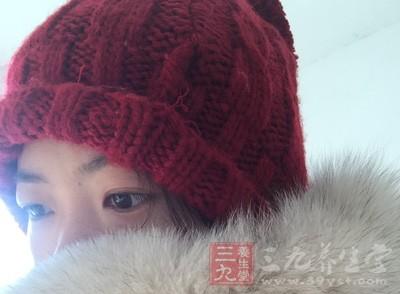 小寒是一年之中最冷的时节,尤其要注意头部保暖,外出记得带帽