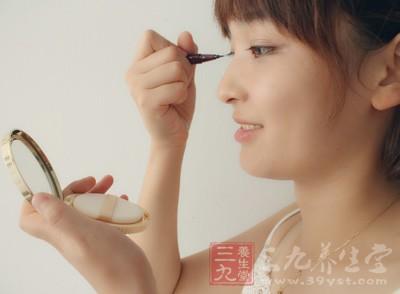 很多时候妹子们习惯用化妆掩盖自己毛孔粗大的问题
