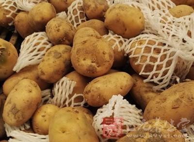 新鲜土豆去皮切碎,加开水捣烂