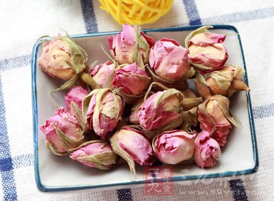 玫瑰花茶性质温和,降火气,可调理血气,促进血液循环,养颜美容