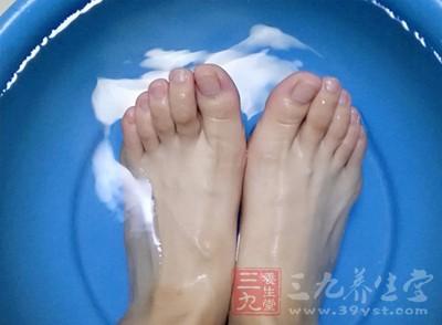盐水泡脚更好的对脚部进行清洁