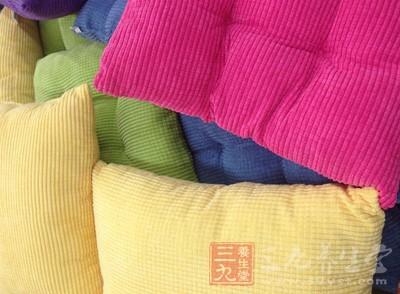 第一次做的时候头会发痛,最好在毯子或柔软的布垫上做