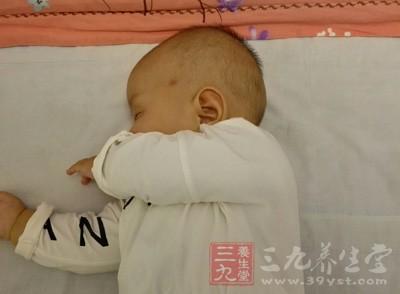 宝宝睡觉出汗多,分生理性出汗和病理性出汗