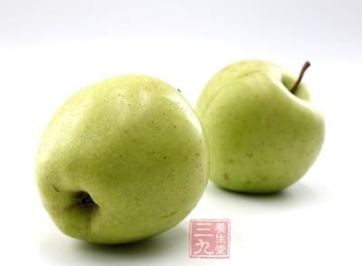 取苹果1个,洗净后连皮切成4块,剔除果核