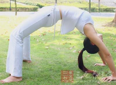女人春天练习瑜伽注意
