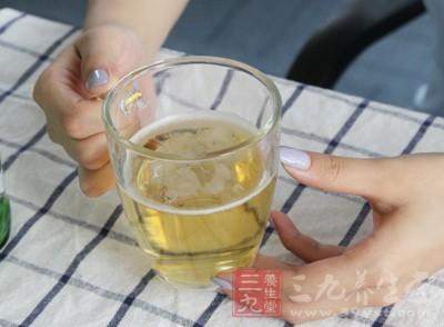 """在公众的普遍认知中,""""喝啤酒导致痛风""""是流传最广、最为普遍的一种说法"""