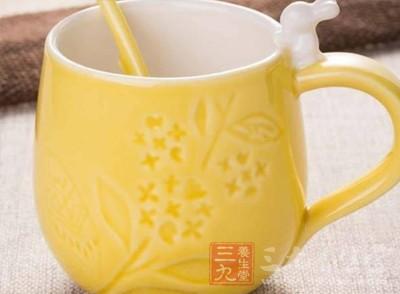 经常装茶的杯子里面留下难看的茶渍
