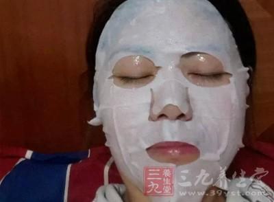 面膜可以去除掉皮肤上的油脂和毛孔内的赃物