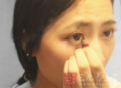 东方人的睫毛一般是以下垂型为主的