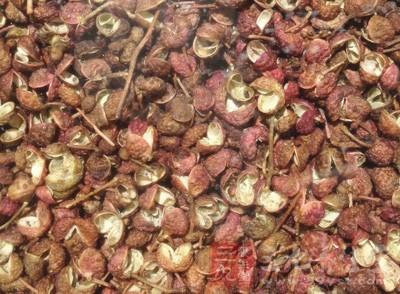 将50克花椒粒分3份,放其中1份至锅内,加适量开水煮