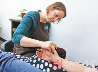 美国姑娘莎拉十年针灸生涯 每周诊治近百人