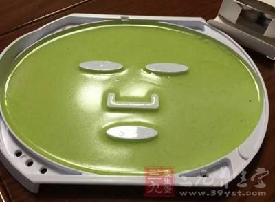 绿豆面膜有清洁的作用,使用期间不需再使用去角质产品