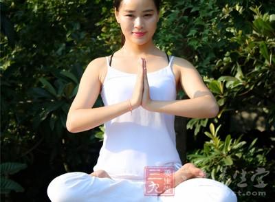 是比较简单的瑜伽坐姿,也是比较舒服的一种坐姿,先坐于垫子上