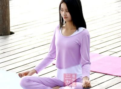 双脚并拢向前坐于地面上,将左侧小腿弯曲,脚跟抵住会阴处