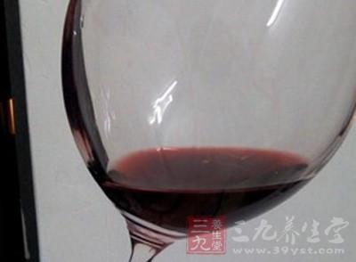 从不喝红酒的女人相比,经常喝红酒的女人皮肤更富有光泽