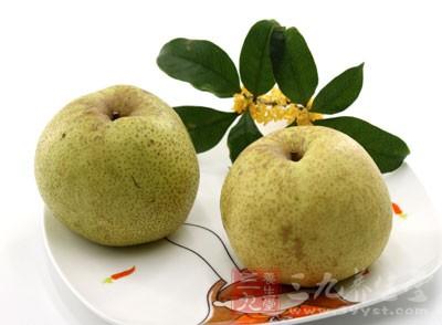煮梨头含有80%以上的水分,经常忘了喝水的中老年人,吃煮梨头可达到补充水分的目的