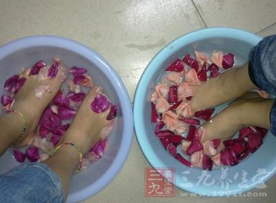 盐水泡脚可以治疗感冒