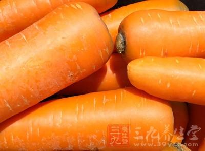 将胡萝卜洗净后切片榨汁或者直接捣碎