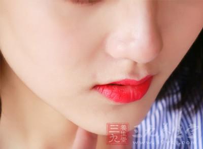 每个月在月经来潮前后下颚长出一颗颗痘子,这与卵巢有直接关系