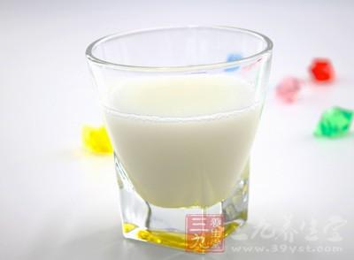 牛奶:含优质蛋白质、人体易吸收的乳糖与乳脂、多种维生素
