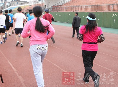 长期跑步的人虽然感到身体轻盈了,但是不难发现膝盖会隐隐作痛