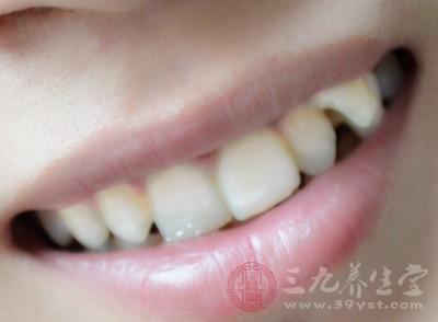 只要发现牙齿的缝隙变大了,食物越来越容易塞在牙缝里,就要注意了