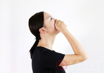 流鼻血大多发生在冬季,原因就是冬季的空气更加干燥,当人们处在干燥的空气中时,鼻前部膜就会很干很燥,从而引发流鼻血