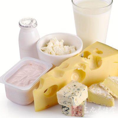 在饮食上要食用一些安神的食物,如奶制品
