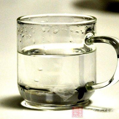 可采用冷水或33%的白酒擦浴