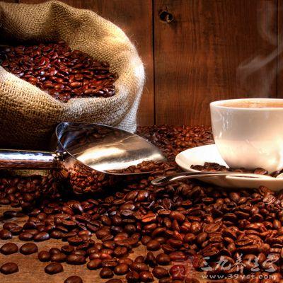 每天下午以后避免刺激性饮料如酒、咖啡、茶、可乐、睡前避免吃大餐等