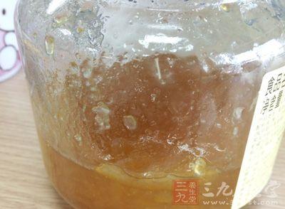 蜂蜜2汤匙,水煎服,临睡前喝汤吃渣
