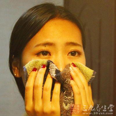 用毛巾沾热水,在不烫皮肤的情况下敷在眼睛上