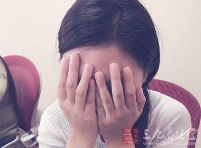 女孩子会哭,哭完之后眼睛会肿肿的