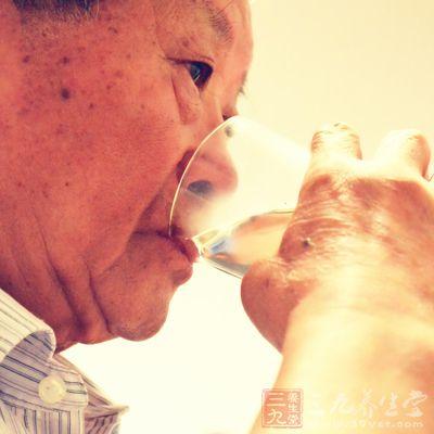 老年人口苦是怎么回事_老人容易出现口苦是怎么回事 这两个原因,值得深究