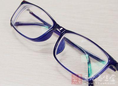 术前一般应停戴软性角膜接触镜(隐形眼镜)1-2周,硬性角膜接触镜3周