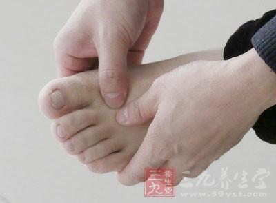 然后你会在脚掌上看到一个凹陷的窝